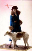 Junge Frau in modischem blauem Pelzmantel, Windhund, Noyer