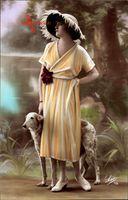 Junge Frau in modischem Federhut, Gelbes Kleid, Windhund