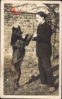 Frankreich, Franzose mit einem Hund auf den Hinterpfoten, Zigarette