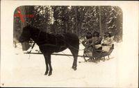 Aschen an der Düna, Drei Soldaten in Mänteln in einem Pferdeschlitten
