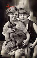 Zwei junge Mädchen mit einem Schoßhund, RPH 7255 3