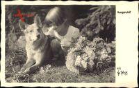 Ausgeruht, Kleines Mädchen mit einem Schäferhund, Blumen