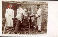 Deutsche Soldaten sägen Brennholz im Hof, Blattsäge