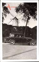 Automobil vor einer französischen Windmühle
