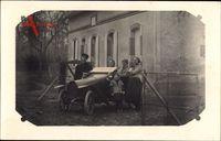 Frankreich, Automobil vor einem Wohnhaus, Familienfoto