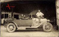 Frankreich, Männer mit einem Automobil, Viertürer