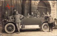 Frankreich, Soldaten vor einem Automobil, Poilus