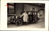 Frankreich, Mann und Frau vor einem Auto, Wohnhaus, Handtasche