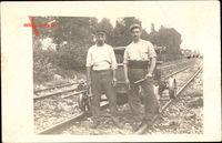 Frankreich, Zwei Soldaten vor einer Draisine