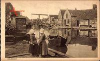 Edam Volendam Nordholland, Mädchen in Trachten, Flusskanal, Hebebrücke