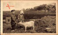 Edam Volendam Nordholland, Kinder füttern eine Ziege