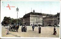 Berlin, Elegante Damen und Herren am Pariser Platz, Hotel Adlon