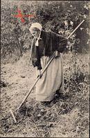Frankreich, Alte Bäuerin mit Harke, Landarbeit