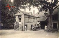 Frankreich, Automobil vor einer Villa, Wendeltreppe, Gärtner