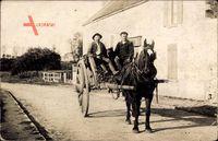 Frankreich, Pferdekarren in einem Dorf, Kohletransport, Bauern