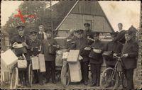 Deutsche Postboten, Paketboten, Fahrräder, Dorf