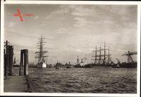 Hamburg, Blick auf den Hafen mit Segelschiffen