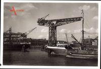 Hamburg, Blick auf den Kran in der Werft, Schiffe