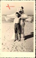 Junge am Strand, Eisbärenkostüm, Urlaub am Meer