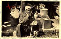 Sarajevo Bosnien Herzegowina, Marktszene, Bosnier isst Brot